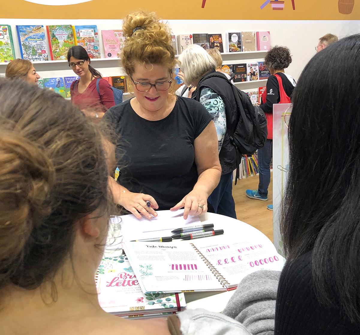 Frau Maravillosa praesentiert ihr Buch auf der Frankfurter Buchmesse